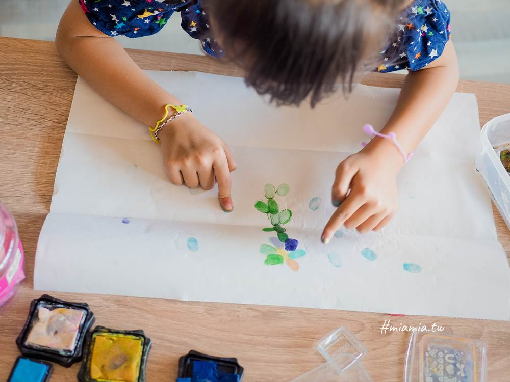 親子創意 水彩創意 吸管吹畫 教具DIY 共學 美術 顏料 好玩 彈珠滾畫 玩創意 在家帶孩子 自己教孩子玩 煙火 爆炸頭 無毒印章 朵印坊 親子教育 快樂玩教具 創意大無限 妙妙屋 妙麻 親子共學
